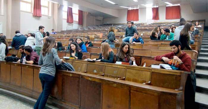 Με τροπολογία που κατατέθηκε στη Βουλή από τον υπουργό Παιδείας, Κ. Γαβρόγλου, αυξάνεται η μοριοδότηση, από 5 σε 6 μόρια, των οικογενειών με πολύ χαμηλά εισοδήματα (0-3.000 ευρώ κατά κεφαλήν), προκειμένου να χορηγηθεί το δικαίωμα μετεγγραφής στο δικαιούχο φοιτητή